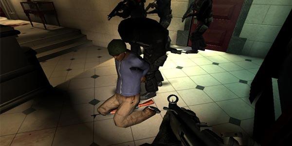 Prendendo um suspeito em SWAT 4.