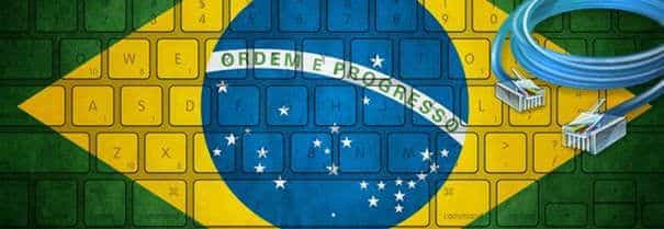 Evolução da Internet no Brasil - teclado com bandeira nacional.