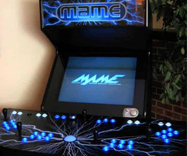 Fliperama rodando MAME diretamente na tela.